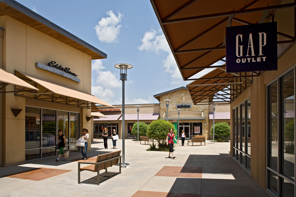 Located north of Austin in Round Rock, the ''sports capital of Texas''.. Enjoy savings of 25% to 65% every day at designer and name brand outlet stores.