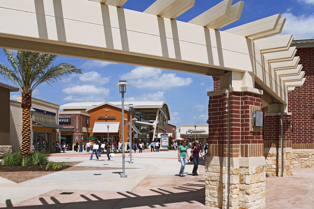 Oct 07,  · However, the Premium Outlets are more expensive brands than the Tanger Outlets (the two are connected). If you want knock knack souvenirs, go farther down the highway to Buc-ee's for souvenirs or a shop called Barefoot Outfitters for Texas-themed clothing/5().