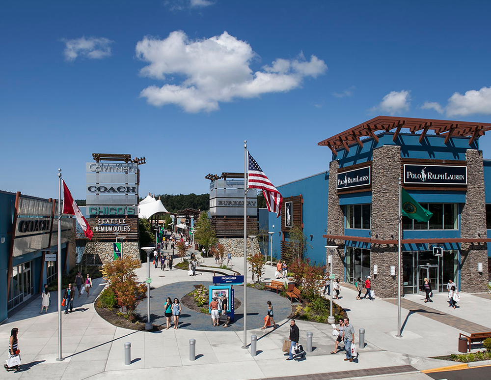 The Seattle Premium Outlets is an outdoor mall and it doesn't offer a lot of covered area, so be prepared and dress according to the weather reports. Also, have an umbrella handy in case of rain. To avoid the crowds, shop in the morning Tuesday through Thursday.